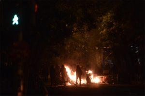 ΔΥΣΚΟΛΗ ΝΥΧΤΑ για το κέντρο της Αθήνας! Φωτιές και οδοφράγματα στα ΕΞΑΡΧΕΙΑ!Κουκουλοφόροι ανεβαίνουν σε ταράτσες! ΣΕ ΣΥΝΑΓΕΡΜΟ η ΕΛ.ΑΣ!