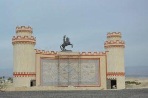 Ο Μέγας Αλέξανδρος στην έρημο του Ιορδάνη – Ο τεραστίων διαστάσεων ανδριάντας του ήρωα στήθηκε από Έλληνα μοναχό