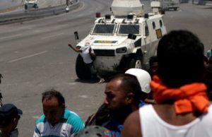 Βενεζουέλα: Τεθωρακισμένο της Εθνικής Φρουράς πέφτει στο πλήθος!