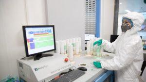 Ο κορωνοϊός μπορεί να ταξιδέψει έως και 4 μέτρα από έναν ασθενή, λέει μελέτη στην Ουχάν